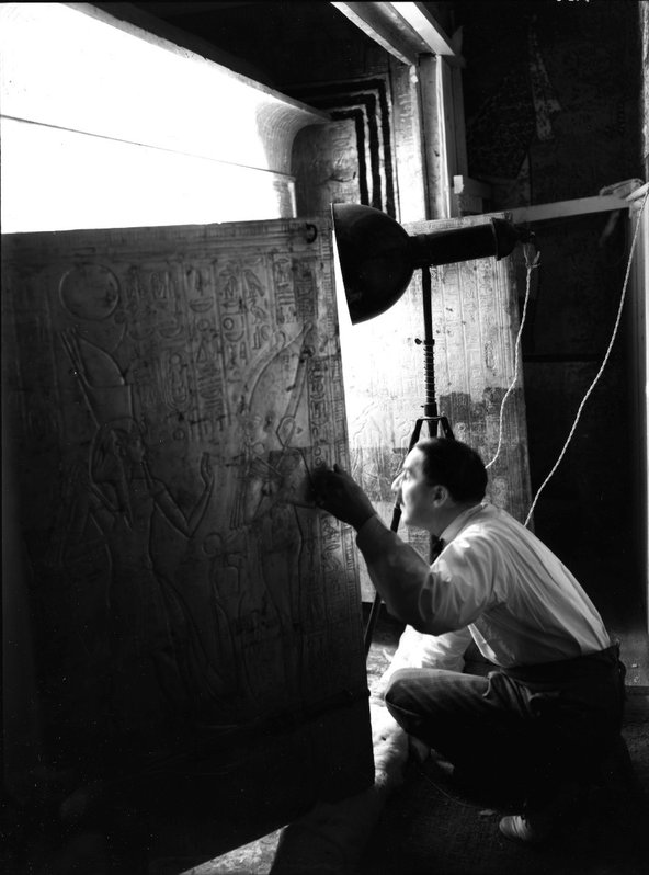 Howard Carter in the burial chamber of Tutankhamun's tomb, January 1924. Photograph by Harry Burton, © The Griffith Institute/University of Oxford, Burton Neg. p0626.