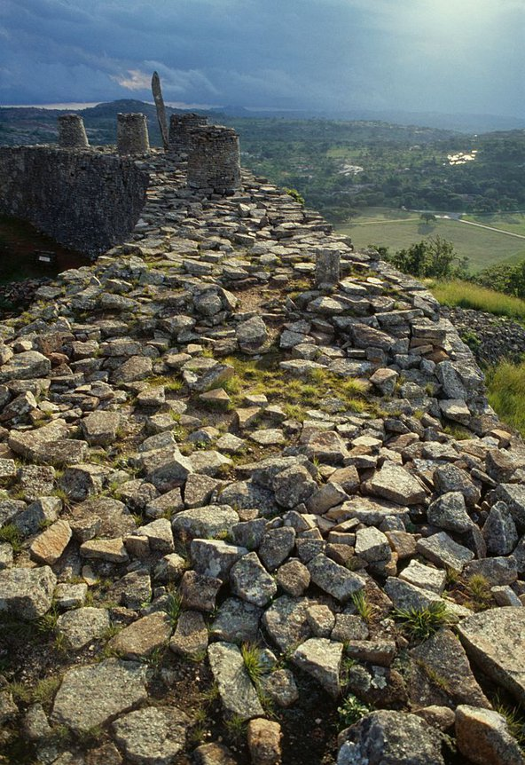 stone-wall-hill-complex-Great-Zimbabwe-1986-DeAgostini-Getty.jpg